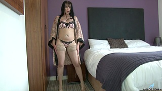 Solo cougar Tanya Cox opens her legs far masturbate on the adjoin